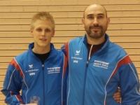 Robert Mitschang (links) freut sich mit seinem Trainer Sebastian Bezem über den Titelgewinn